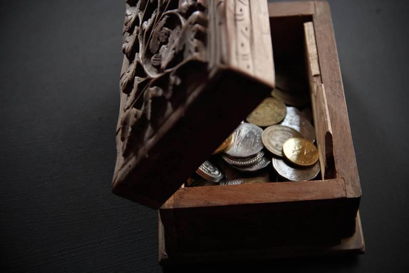 Baú com moedas de ouro e prata roubada por piratas brasileiros