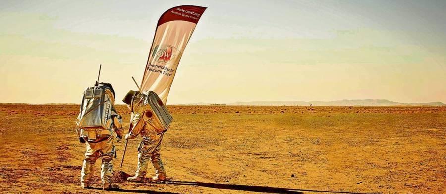 Fixando a bandeira na viagem para Marte
