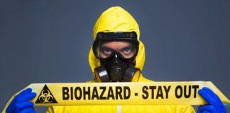 Homem segurando faixa dos elementos químicos mais perigosos