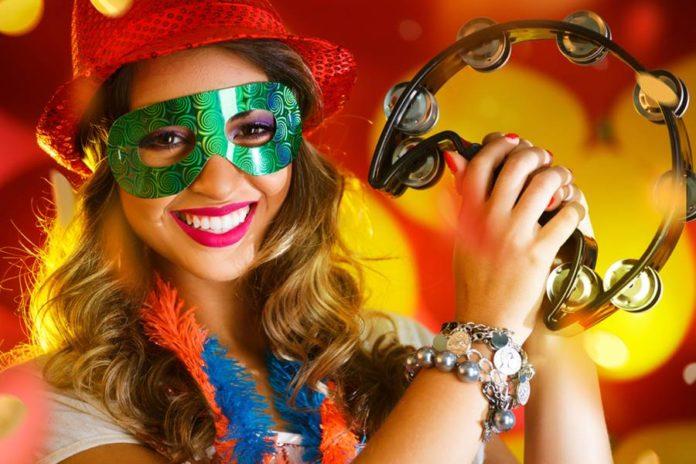 Mulher fantasiada para comemorar o carnaval
