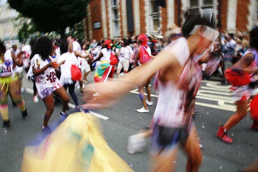 Foliões festajando o carnaval nas ruas