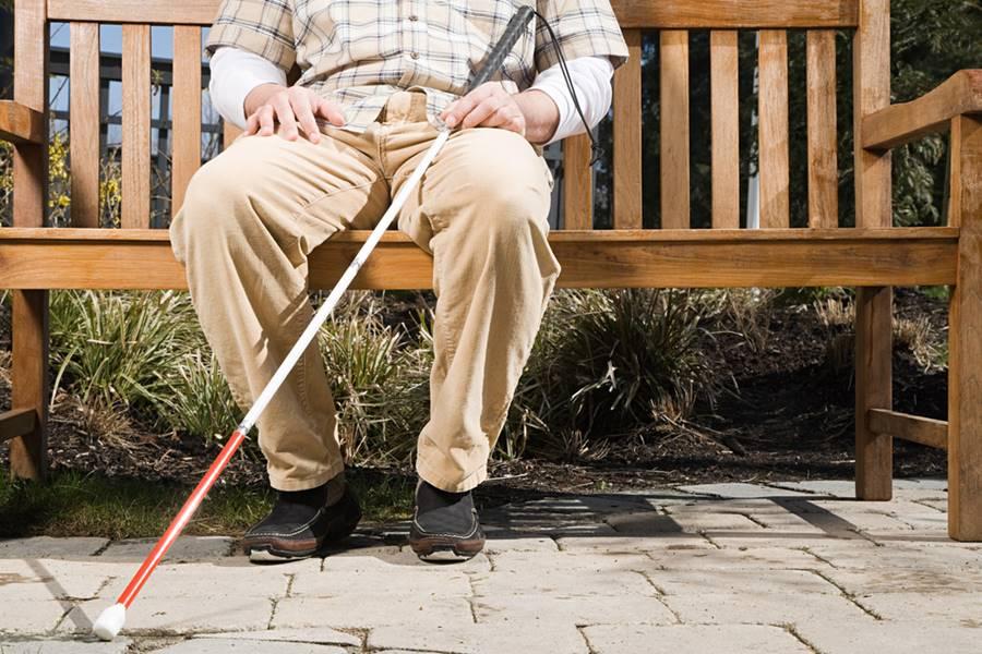 Pessoa cega sentada no banco