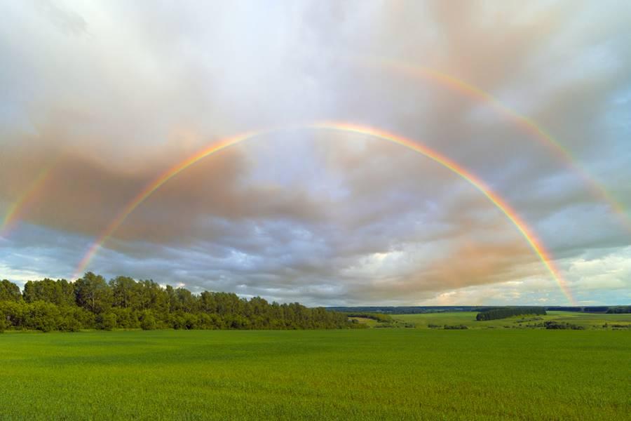 Arco-íris duplo formado no horizonte