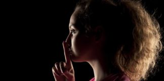 Mulher fazendo gesto de silêncio - A sala do silêncio
