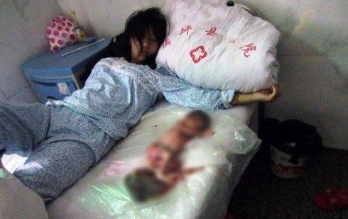 Mulher chinesa é forçada a abortar aos 7 meses, e obrigada a dormir com o feto! (4)